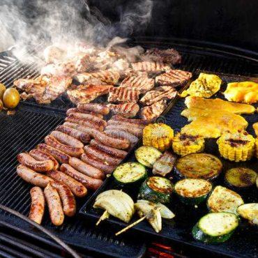 wielki-gorący-grill-z-mięsem-kiełbasami-i-warzywami-jest-kucbarski-71405188